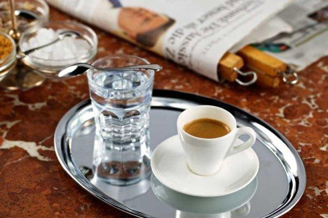 Стакан воды и кофе – не всегда вместе