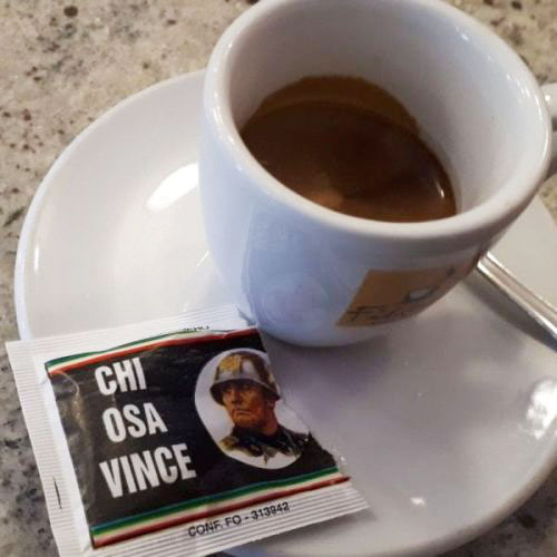 В Италии появился сахар для кофе с изображением Муссолини